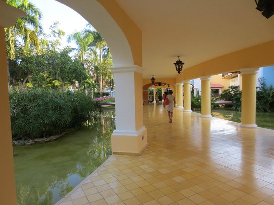 Iberostar Hacienda Dominicus : Walkway to lobby