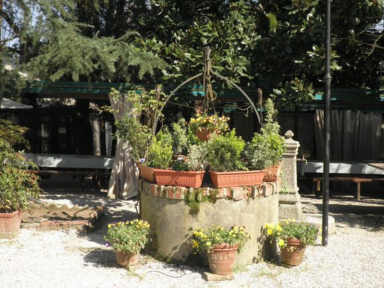 Fattoria Il Poggio: Outside flowers at the well and dining.