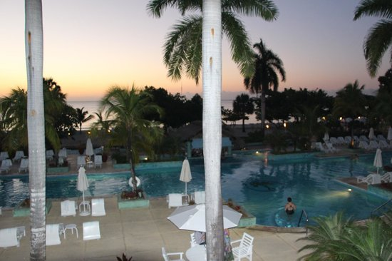 Couples Negril : Beautiful view of pool during sunset