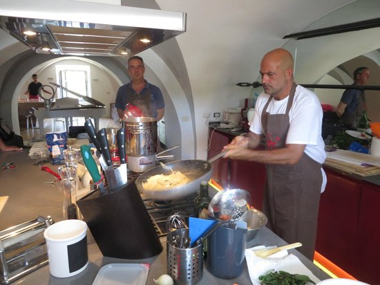 Fabiolous Cooking Day in Rome : Fabio putting on the finishing touch.