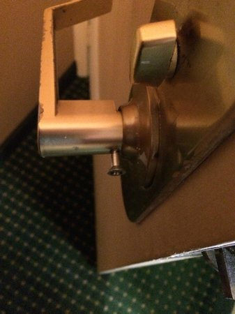 Ramada Lexington North Hotel & Conference Center : screw coming out of inside door knob