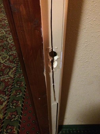 Ramada Lexington North Hotel & Conference Center : broken door frame