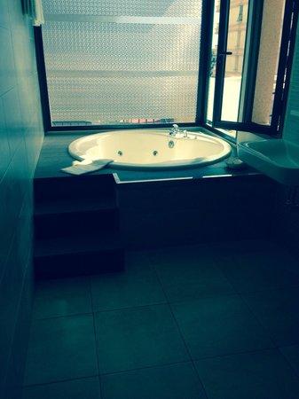 Dream Hotel Noelia Sur: Jacuzzi in the bathroom