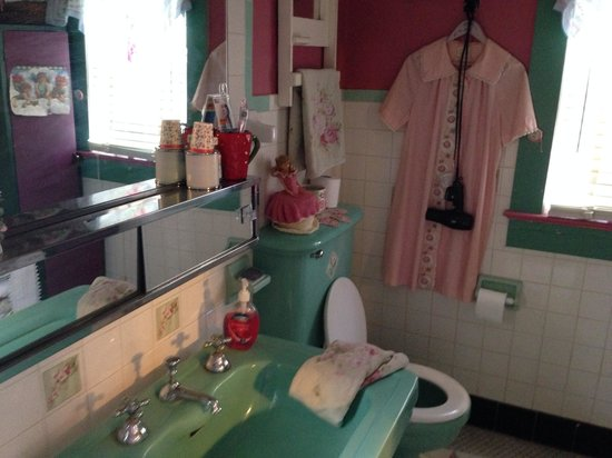 Strawberry House Bed & Breakfast: Old fashioned and lovely bathroom!