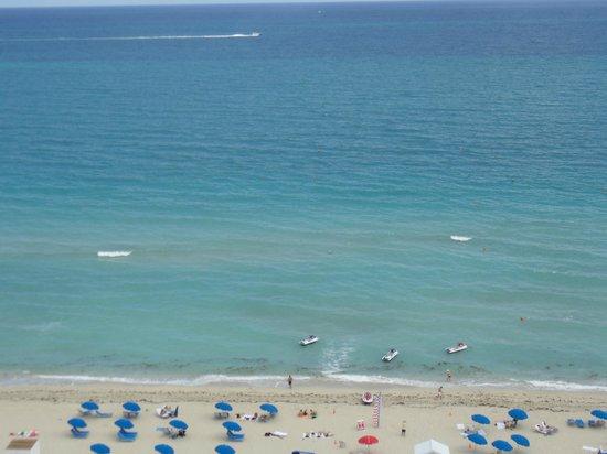 Miami Beach Resort and Spa: Vista do Quarto (ocean view)