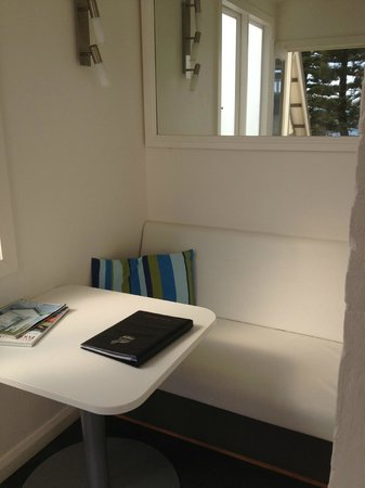 Seawall Apartments: Sitting area at entry of The Crows Nest