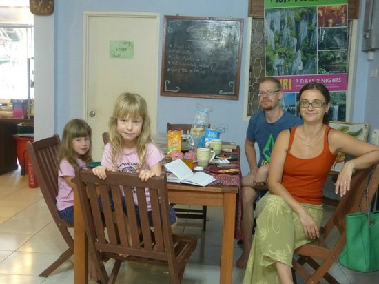 Planet Borneo Lodge: Breakfast with Dellien and his family