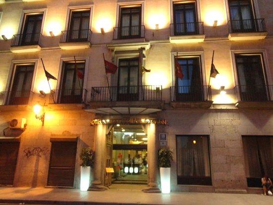 Catalonia Puerta del Sol: Fachada do Hotel, porta principal.