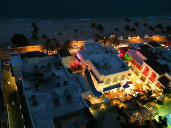 Beach Place Towers Fort Lauderdale: view at night of the beach and stores below