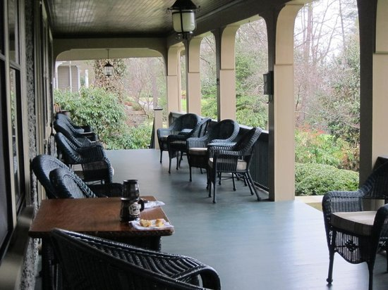 1900 Inn on Montford: Quality porch furniture