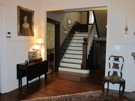 1900 Inn on Montford: Beautiful staircase