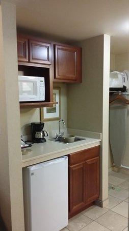 Holiday Inn Express Hotel & Suites Marysville : kitchenette king suite