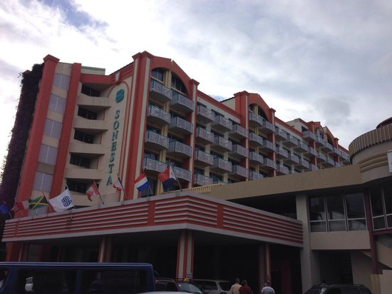 Sonesta Maho Beach Resort, Casino & Spa: View from out front