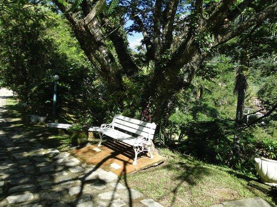 Pousada Serra da India : Área para descanso no jardim da pousada