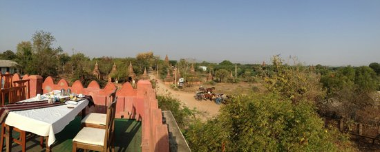 Thurizza Hotel Bagan : View of temples and horsecarts from roof