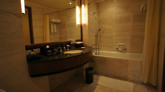 Hotel Nikko Hanoi : 広いバスルーム(左)