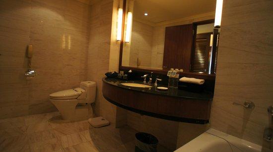 Hotel Nikko Hanoi : 広いバスルーム(右)