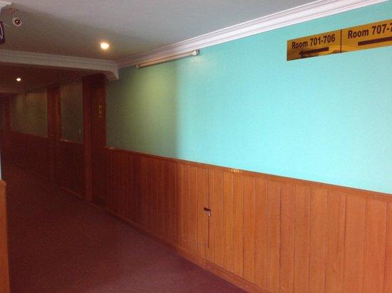 New Aye Yar Hotel: Hallway on room floor
