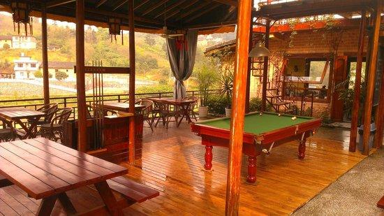 Trippers Carpe Diem Hostel Yangshuo : Outdoor deck with pool table