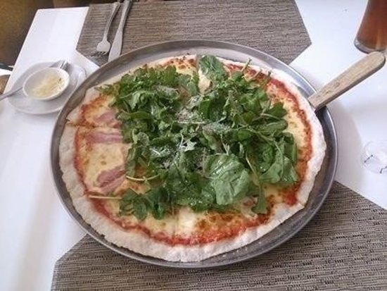 Pizzeria Michelangelo: green leaves on top ..
