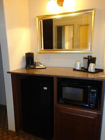 Country Inn & Suites by Radisson, Smyrna, GA: micro/fridge area