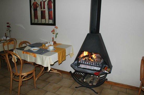 Hotel Pension Etambi: 食堂のストーブ 外はマイナス5度