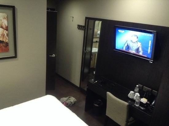 V Hotel Lavender : hanging flat TV and fullbody mirror at superior room #505