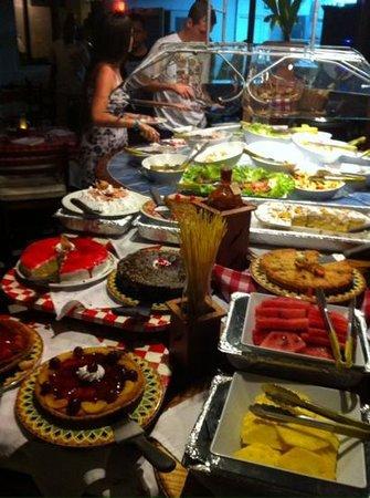 Comida variada en Decameron Cartagena
