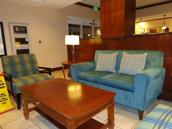 Staybridge Suites Denver International Airport: sitting area near elevators in lobby
