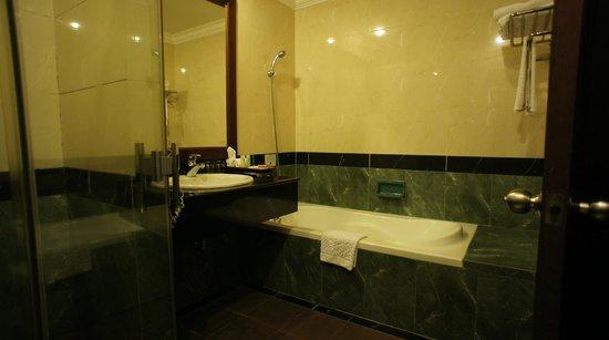 Prince D'Angkor Hotel & Spa: シャワーカーテンのないバスタブ