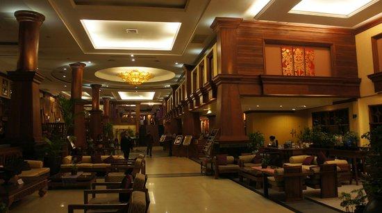 Prince D'Angkor Hotel & Spa: ロビーは広くソファも多い
