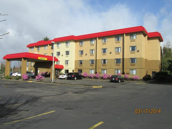 Motel 6: Outdoors