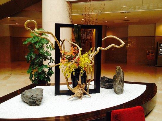 ANA Crowne Plaza Hotel Narita: sculpture in lobby