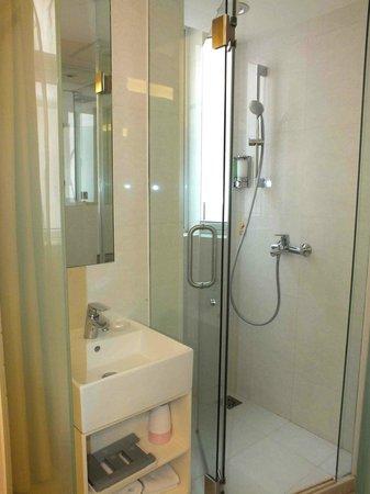 Ole Tai Sam Un Hotel: Nice glassed-in shower