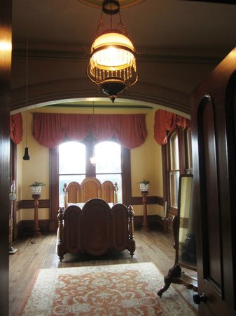 Larnach Castle & Gardens: Main Bedroom