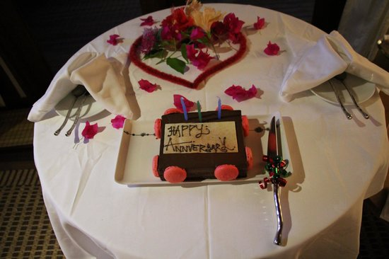 Anantara Veli Maldives Resort : Complimentary cake for our private dining on our anniversary eve