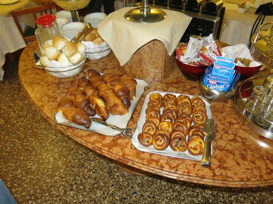 Hotel San Moise : Lots of sweet pastry for breakfast