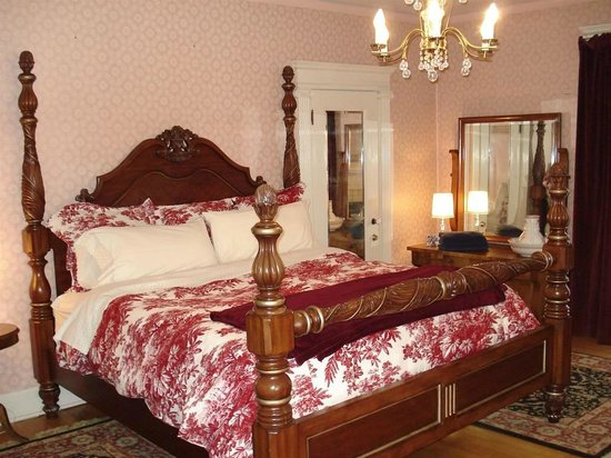 Pendleton House Historic Inn : Gwendolyn Room -- King Size bed and balcony to Main Street