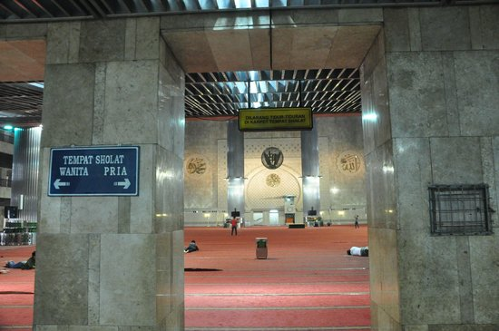 Mosquée d'Istiqlal : Inside of the praying hall Masjid-e-Istiqlal