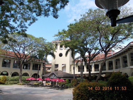 Parque Espana Residence Hotel : one of the shuttle bus drop offs. alabang town centre