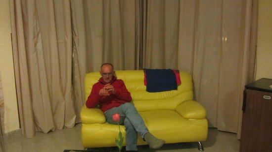 Hotel Ani: Kamer is heel ruim en de gele slon heel modern en confortabel