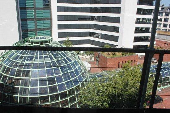Renaissance Hamburg Hotel : 部屋から見たショッピングセンターのドーム屋根