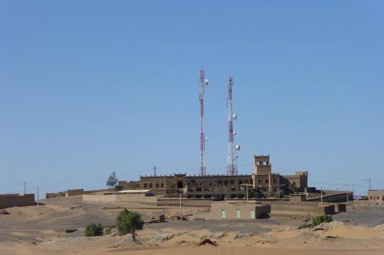 Kasbah Azalay Merzouga : Vue moins belle, depuis l'extérieur. Toutefois, elles sont peu visibles si vs regardez les dunes