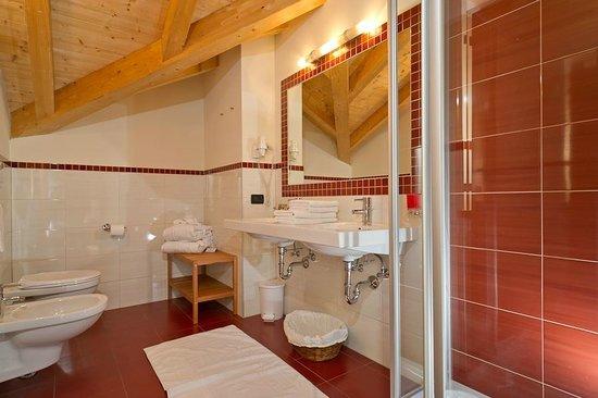 Les Gomines B&B: RED bathroom