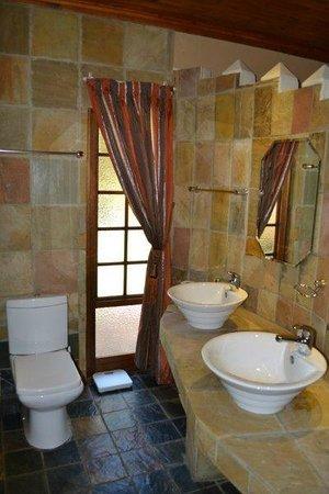 Aark Guest Lodge: bathroom of luxury room