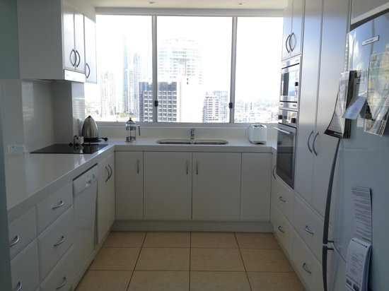 Hi Surf Beachfront Resort Apartments: Nice clean kitchen