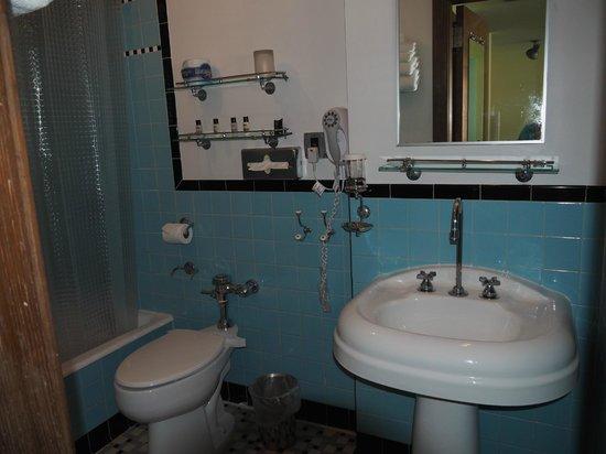 Pelican Hotel: Great bathroom
