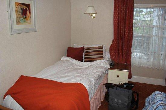 The Lion Hotel : 客室の小ぶりのベット シングルルーム