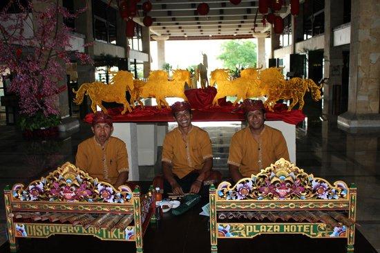 Discovery Kartika Plaza Hotel: Музыканты сидят у входа в отель