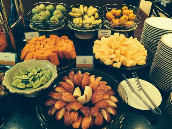Boulevard Hotel Bangkok: Some of the fruit at breakfast